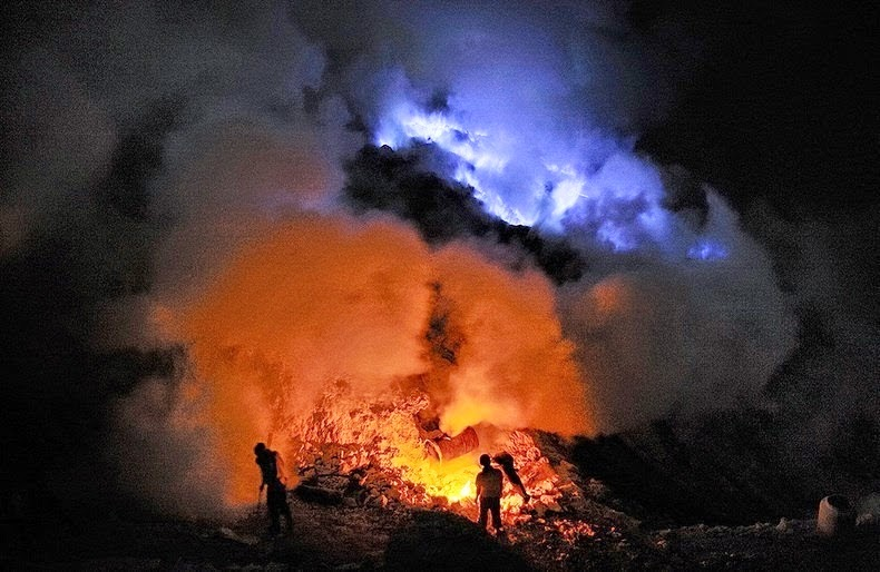 Kawah-Ijen-–-The-Volcano-that-Spews-Blue-Lava-12